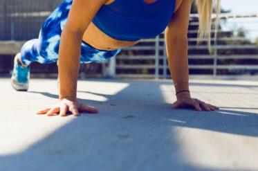 Как правильно делать планку и ее польза для тела: советы тренера