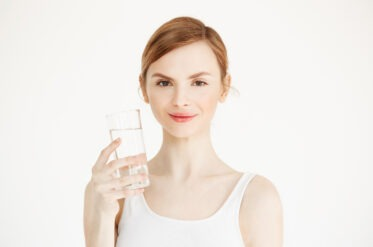 Сколько воды нужно пить летом: советы диетолога